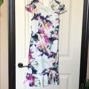 Betsy Johnson 🎨 print cap sleeve dress.